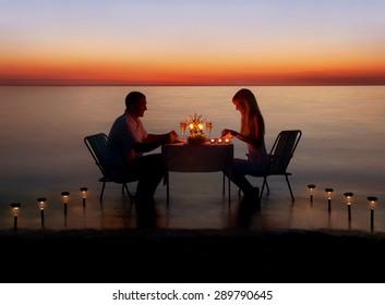 Casal amoroso compartilhar um jantar romântico com velas e lanternas maneira de luz na praia do mar na água contra o pôr do sol maravilhoso
