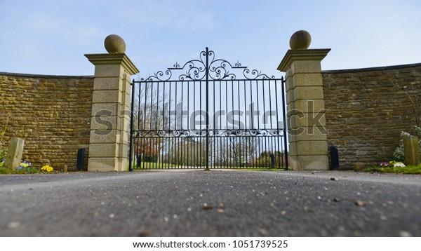 Niederwinkelansicht eines Mansion-Gates und -Laufwerks
