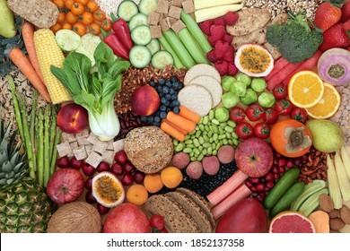 Niedrige Cholesterin-Hochfasernahrung mit Obst, Gemüse, Getreideprodukten, Getreide, Hülsenfrüchten und Nüssen. Hoch in Anthocyane, Antioxidantien, Omega 3, Eiweiß und Vitamine, Gesundheitsfürsorgekonzept für gesundes Herz