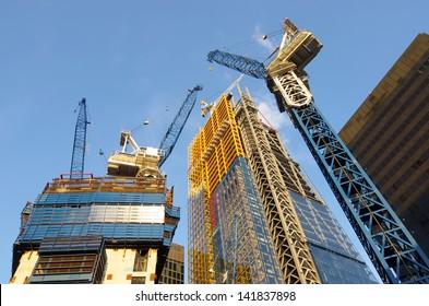 geringe Sicht auf die Krane zum Bau neuer Wolkenkratzer in der Londoner City