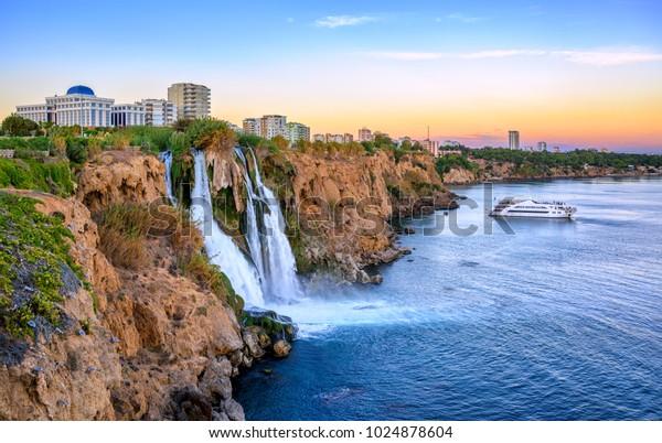 Unterduden-Wasserfälle an der Mittelmeerküste, Antalya, Türkei bei Sonnenuntergang