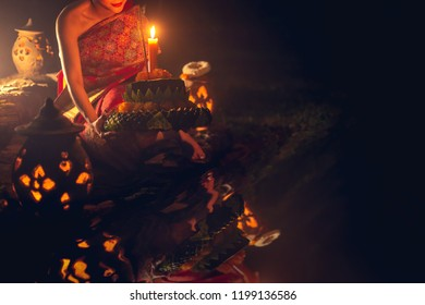 Loy Kratong Traditional Festival, Loy Krathong Day is important days of the Thai people, and this tradition is meant to ward off bad luck and apologize the goddess Ganges.
