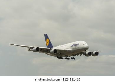 Lufthansa Jet Landing (Miami, FL, 4-16-16)