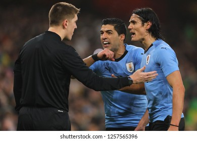 Luis Suarez and Edinson Cavani of Uruguay argues with the Referees Assistant - Brazil v Uruguay, International Friendly, Emirates Stadium, London (Holloway) - 16th November 2018