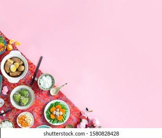 Concept lunaire de la nouvelle année avec des aliments traditionnels vietnamiens sur fond rose prêt à être dessiné. Nourriture pour le Tet.