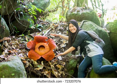 LUNDU, SARAWAK MALAYSIA - SEPTEMBER 20, 2017: Malaysian teenager with the Rafflesia Flower. The largest flower in the world.