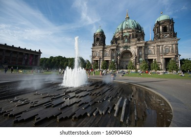 """The Lustgarten, """"Pleasure Garden"""", a fountain in front of a Berliner Dom (Berlin Cathedral) a park on Museum Island in central Berlin, Germany"""