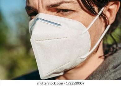 LUXEMBURG/APRIL 2020: Frauen mit einer KN95-Schutzmaske gegen COVID-19-Krankheit