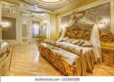 lujosos interiores. Moderna renovación de diseño en una casa de lujo. Elegante habitación con cama doble