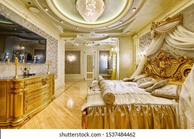 Lujosos interiores en una casa moderna. Elegante habitación con cama doble.