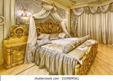 Lujosos interiores en una casa moderna. Elegante interior con cama doble.