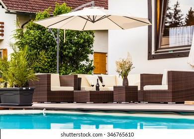 eine luxuriöse Lounge am Pool eines schönen großen Pools