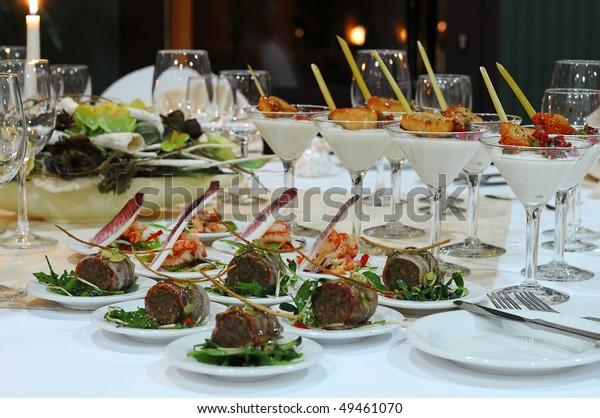 Luxuriöses Bankettabellenambiente im Restaurant. Tisch mit der Weinbrille, Snacks und Cocktails.