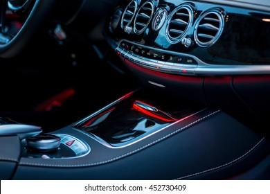 Luxuriöse Details des Fahrzeuginnenraums. Mittelkonsole mit Steuerung von Luft und Multimedia