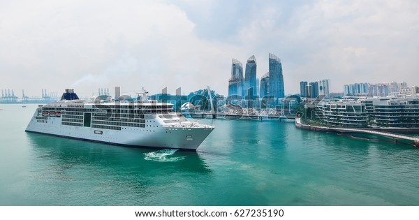 Luxuriöses Kreuzfahrtschiff kommt in asiatischen Hafen an.