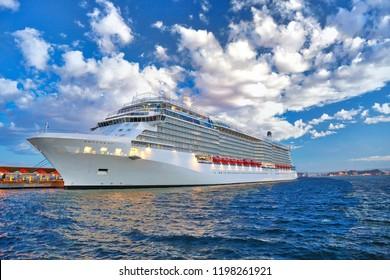 Luxus-Kreuzfahrtschiff auf dem Weg zu а Urlaubsreise durch die karibischen Inseln