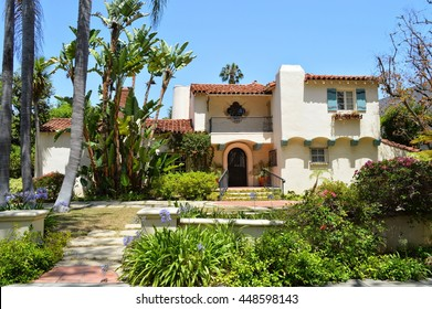 Luxury custom made houses and mansions with nicely landscaped front             the yard in an upscale neighborhood of Los Angeles, CA.