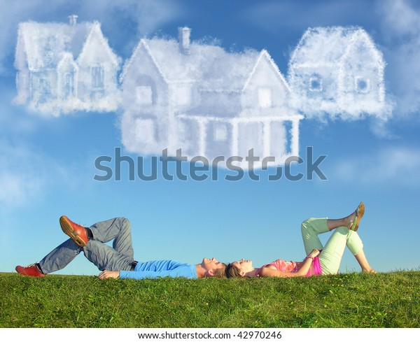 liegendes Paar auf Gras und träumt drei Wolkenhäuser Collage