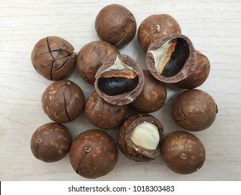 Macademia nuts shelled and un shelled