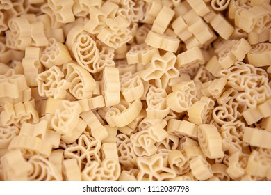Macaroni horns laid out evenly. Photo with a little depth of field.