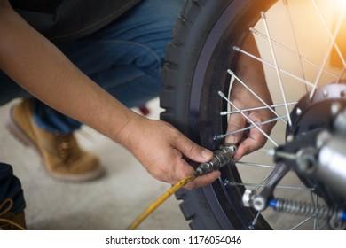 Machanic is adding tires.