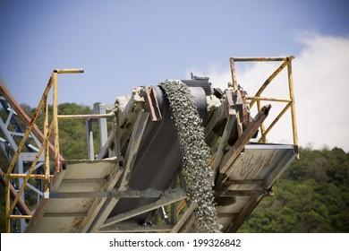 Machine pouring stones