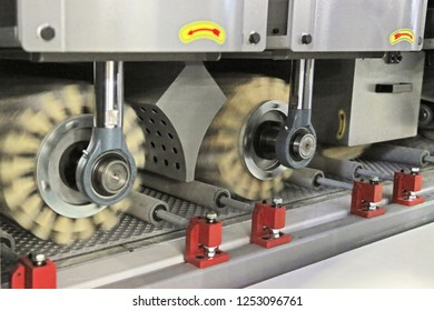 Machine for sanding wooden workpieces in the manufacture of furniture