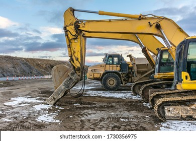 Machinery fleet for the construction of a highway, formed by trucks and excavators