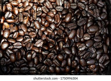 Makro aus frisch gerösteten, dunkelbraunen Kaffeebohnen
