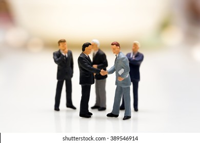 Macro Image : Miniature People Businessmen Agreement