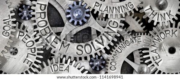 Makrofoto des Zahnradmechanismus mit dem PROBLEM SOLVING-Konzept verwandten Wörtern mit dem Aufdruck auf der Metalloberfläche