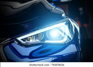 Makroansicht des modernen blauen Xenon-Scheinwerfers