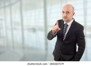homme d'affaires fou pointant du doigt, au bureau