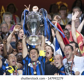 MADRID, SPAIN. 22/05/2010. Inter players with the trophy for winning the  Champions League final. played in The Santiago Bernabeu Stadium, Madrid. Inter Milan won the match 2-0.