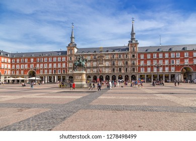 MADRID, SPAIN - JUN 9, 2017: Tourists in Plaza Mayor