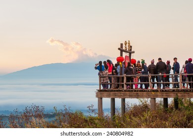 MAE HONG SON, THAILAND - DECEMBER 28: Group of people stand on viewpoint and waiting see sunshine on the morning at YUN LAI view point, Thailand in December 28, 2014 in MAE HONG SON, THAILAND