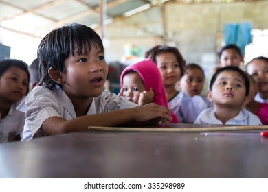 MAE SOT, THAILAND - NOVEMBER4, 2015 : Unidentified children of migrant workers are intending study at the school near plant the parents their  work at  MAE SOT, THAILAND.