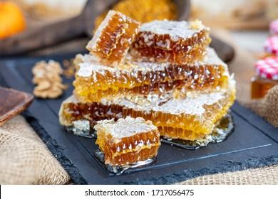 Magische Honigwabennahrung, Honigernte, Honigernte. Bio-Honigwabenbäume (Türkisches Karakovan Honey) Istanbul, Türkei.