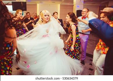 Herrliche Brautjungfern umgeben von Freunden