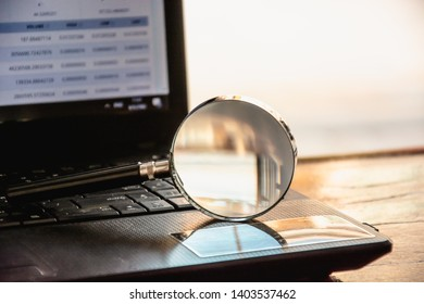 Magnifying glass is located on the keyboard. Of computer notebooks, Concept Disease analysis, consult various problems, study, online virus via internet or social