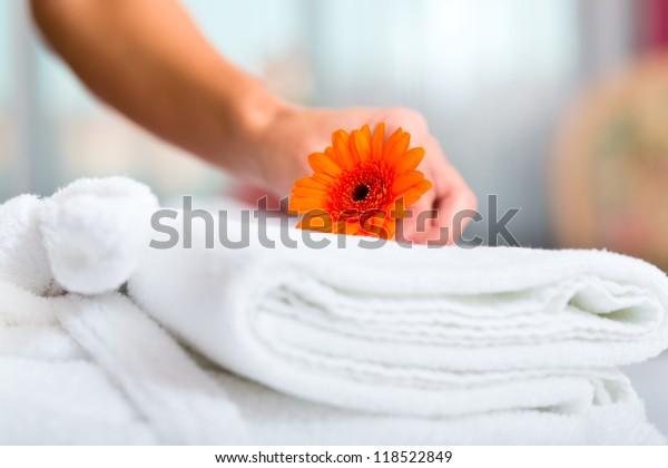 Zimmermädchen, die Zimmerservice im Hotel anbieten, stellen sich die Betten zusammen