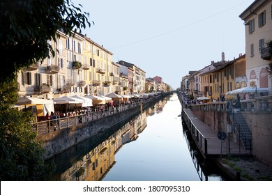 Mailand Navigli, Italien. A beautiful large canal in the daytime with lots of shops to the sides and visitors. Milan Italy 08.2020