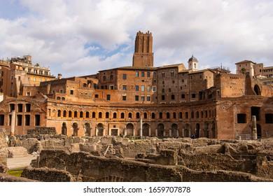 """Bâtiment principal et ruines du marché de Trajan """"Mercati di Traiano"""" à Rome, Italie. C'est l'une des principales attractions touristiques de Rome"""