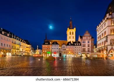 Der Hauptmarkt von Trier, Deutschland in der Nacht. Es ist das Zentrum des mittelalterlichen Trier, umgeben von zahlreichen historischen Gebäuden.