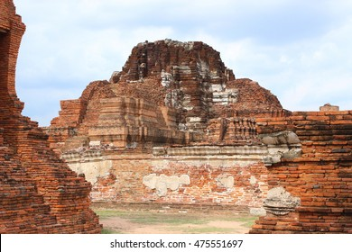 Main pagoda ,Wat Mahathat ,Buddhist sculpture ,Thai temple ,ancient architecture ,Thai temple architecture ,Ayutthaya Historical Park ,world heritage.  Buddha's head in tree roots is in this temple.