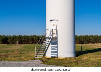 Maintenance access staircase for a wind turbine mast