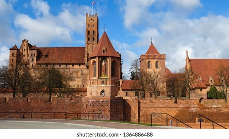 majestic Malbork castle (Marienburg), medieval castle with brick walls and statue of Madonna and child (8 metres tall), built in 13th century by Teutonic knights, Malbork , Pomerania, Poland, Europe