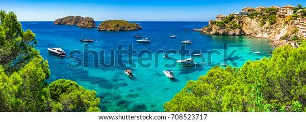 Mallorca Panorama, wunderschöne Seebrücke mit luxuriösen Yachten an der Küste von Santa Ponsa, Mallorca Mittelmeer, Balearen.