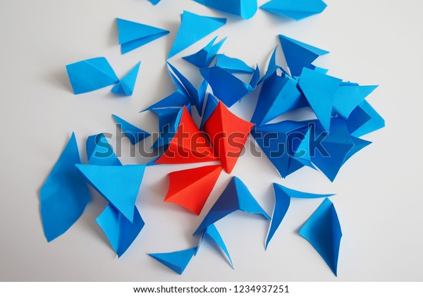 the majority of blue triangles attacks minority from red