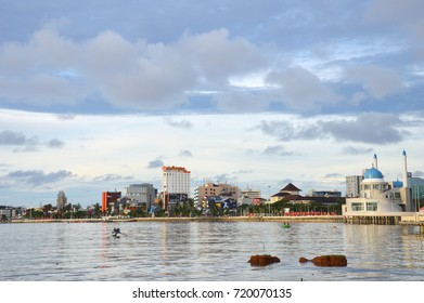 MAKASSAR, INDONESIA. 7th January 2014. Losari Beach Makassar Indonesia